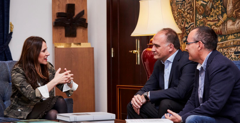 Sareen Sarea y la presidenta del Parlamento Vasco